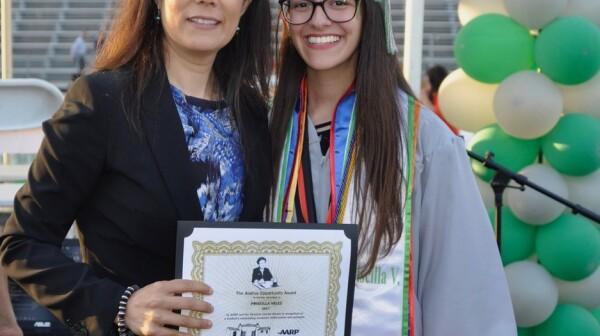 Adriana Mendoza y Priscilla Velez, Ganadora del Andrus Opportunity Award, 2017 Scholarship recipient