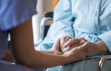 AARP exige la derogación total de la inmunidad legal de los hogares de ancianos, la revisión independiente, y un equipo de trabajo para el cuidado a largo plazo en preparación para el futuro