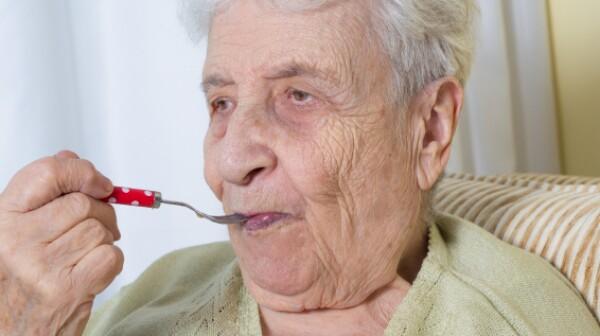 Older woman eating_hunger_bbbrrn_499,997