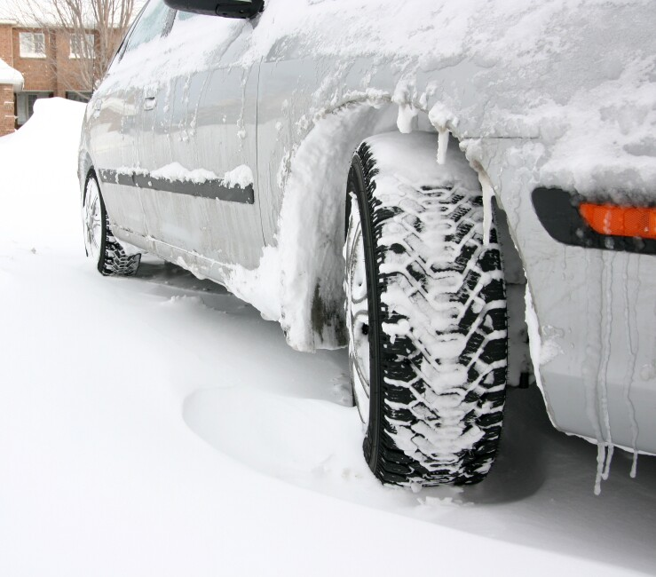 Car in winter, close up of tires_499,997