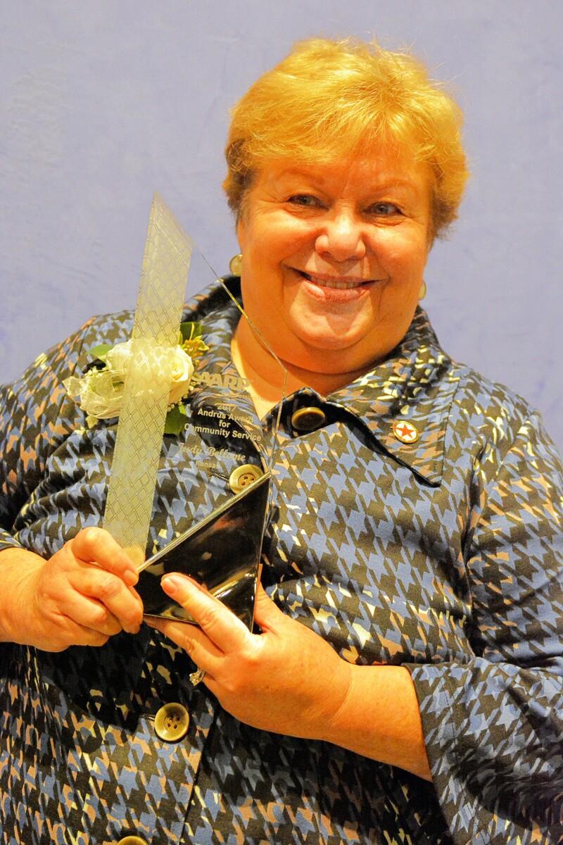 171117 Judy with award1