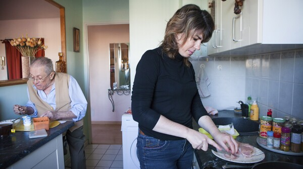 Reportage on a home help service which provides help for isolated elderly people in the Ile-de-France area of France.