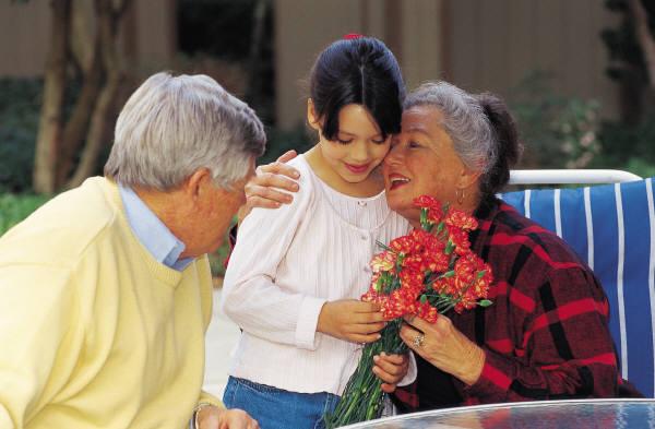 Los abuelos de hoy se apoyan en la tecnología, los viajes y las finanzas para estar cerca de sus nietos